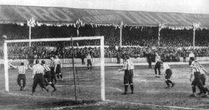 b8eb71b6fb0 Sandy Brown (hidden) scoring the third goal for Tottenham Hotspur in the  1901 FA Cup Final replay against Sheffield United